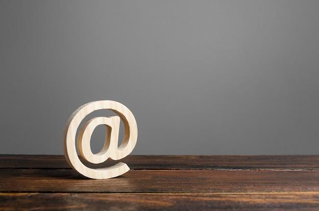 Símbolo de e-mail no comercial. correspondência na internet.