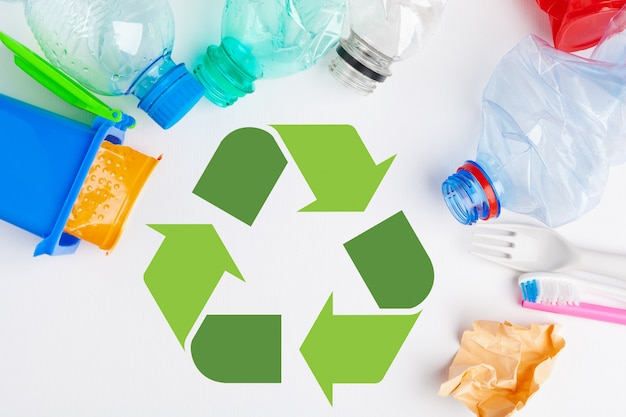 Símbolo de eco reciclagem de lixo com triturador de lixo em cima da mesa