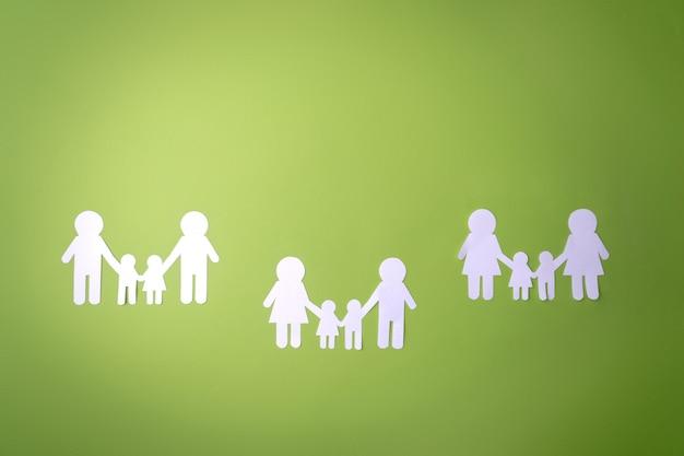 Símbolo de família recortado em papel branco. proteger os direitos das pessoas e minorias sexuais.