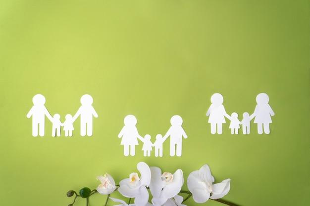 Símbolo de famílias do mesmo sexo, proteção de minorias sexuais, uma família de papel branco.