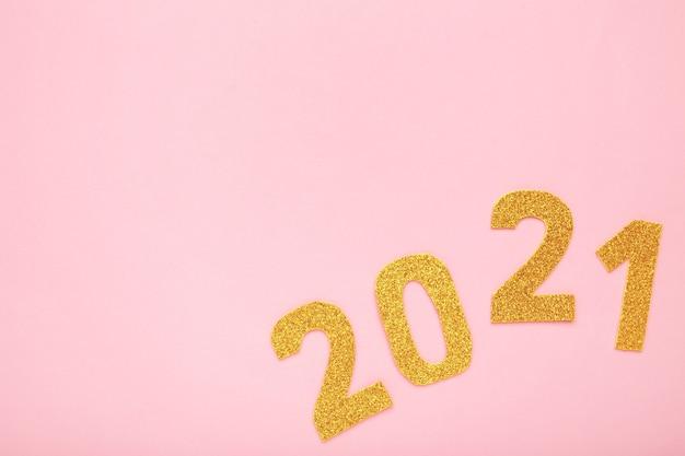 Símbolo de feliz ano novo do número 2021 em fundo rosa