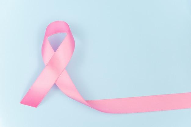 Símbolo de fita rosa para o conceito de conscientização de câncer de mama em fundo azul