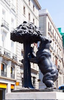 Símbolo de madri - escultura de urso e árvore madrono