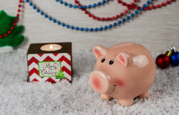 Símbolo de porco brinquedos de natal do ano novo no fundo da neve 3