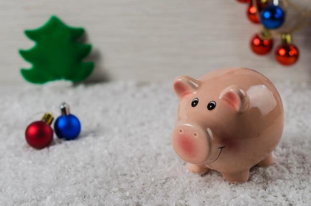 Símbolo de porco brinquedos de natal do ano novo no fundo da neve
