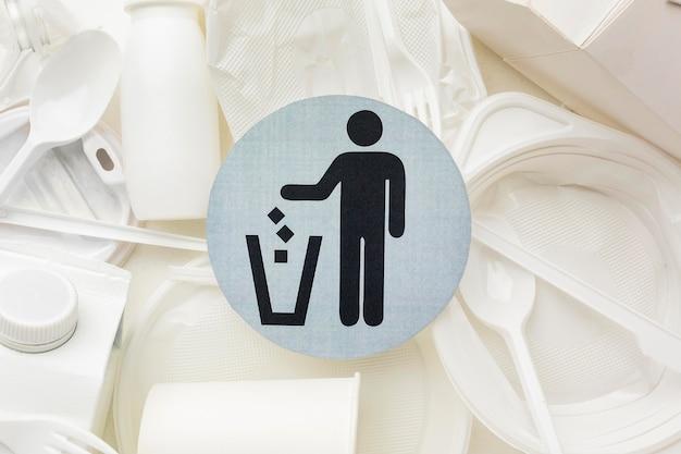 Símbolo de reciclagem de pratos e copos de plástico