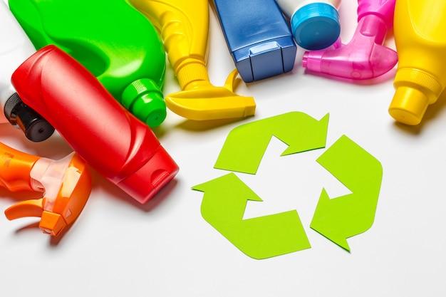 Símbolo de reciclagem na mesa