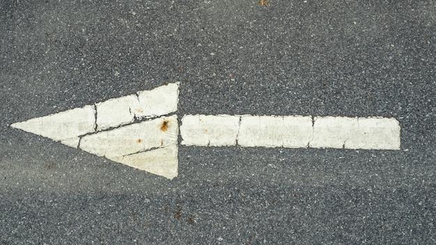Símbolo de seta branca na estrada