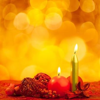 Símbolo de velas de natal com folhas vermelhas