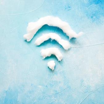 Símbolo de wi-fi, feito de algodão no fundo azul