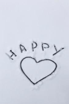 Símbolo desenhado do coração e as palavras felizes