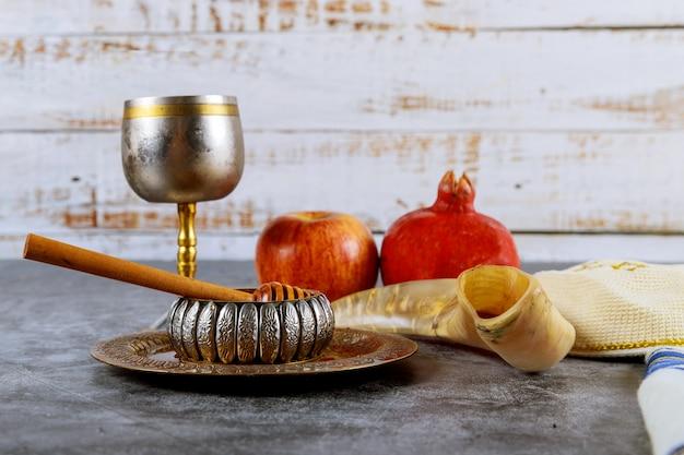 Símbolo do ano novo judaico com pote de mel de vidro e maçãs frescas maduras. rosh hashaná