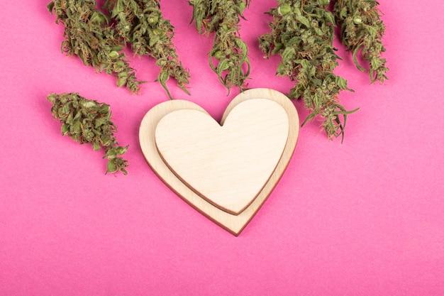 Símbolo do coração amor e conceito de maconha, cumprimentando o dia dos namorados para o maconheiro.