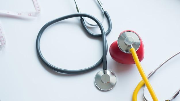 Símbolo do coração do estetoscópio e vermelho do dia da saúde e boa vida saudável