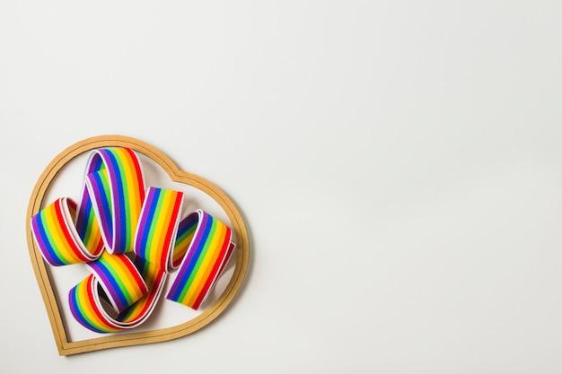 Símbolo do coração e fita nas cores lgbt