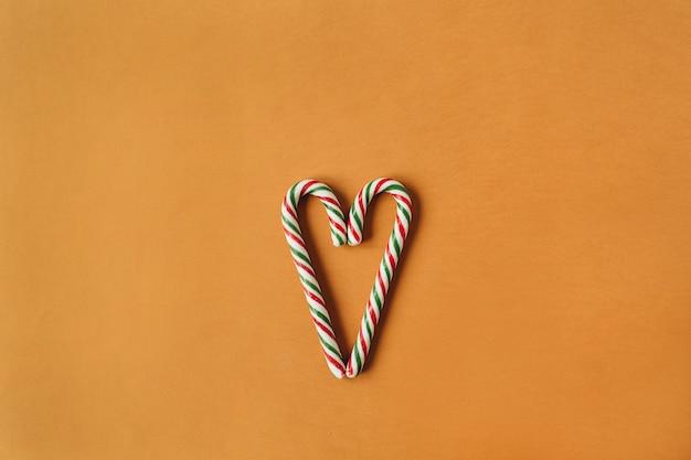 Símbolo do coração feito de balas tradicionais com gengibre