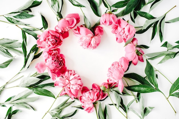 Símbolo do coração feito de peônias rosa