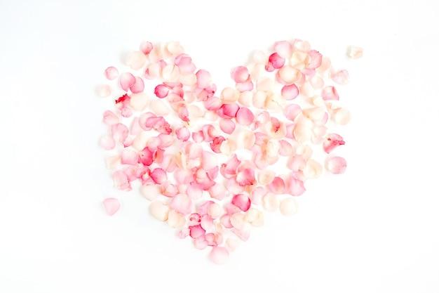 Símbolo do coração feito de pétalas de rosa rosa, plano de fundo do dia dos namorados