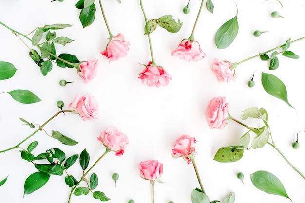 Símbolo do coração feito de rosas cor de rosa em branco