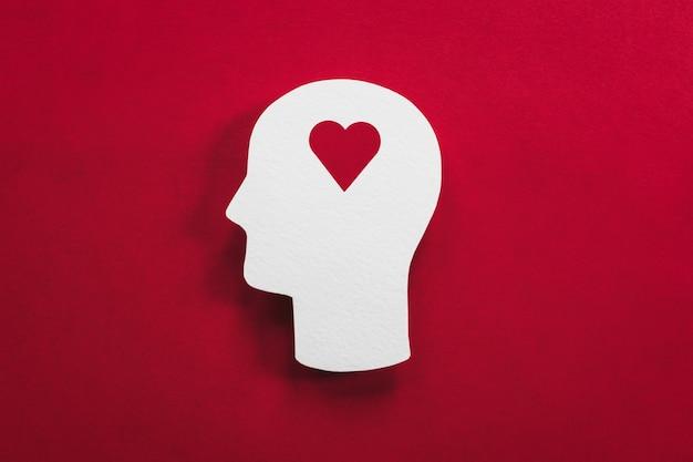 Símbolo do coração na cabeça para o conceito de amor, carinho, psicologia e vício
