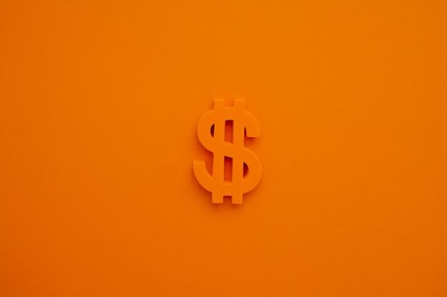 Símbolo do dólar americano na visão macro de fundo laranja