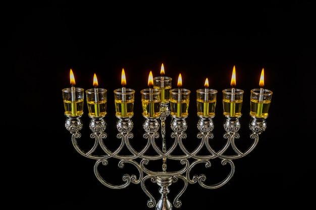Símbolo do feriado do festival de luzes judaico chanukkah menorá em hanukkiah em velas de óleo