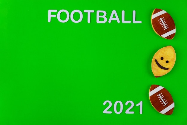 Símbolo do jogo de futebol americano com texto futebol 2021 sobre fundo verde. antecedentes de esporte profissional.