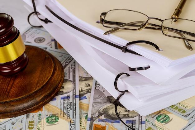 Símbolo do martelo do juiz de escritório de legislação no local de trabalho no documento de direito