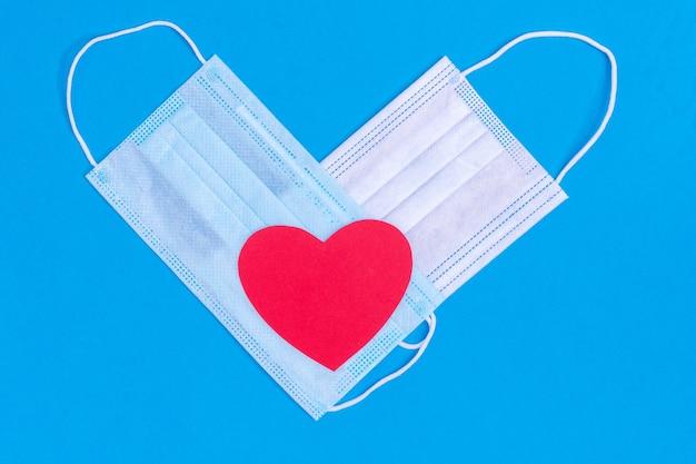 Símbolo dos namorados 2021. formato de coração de duas máscaras protetoras médicas