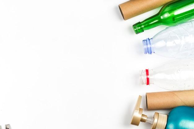 Símbolo ecológico de reciclagem de resíduos com lixo