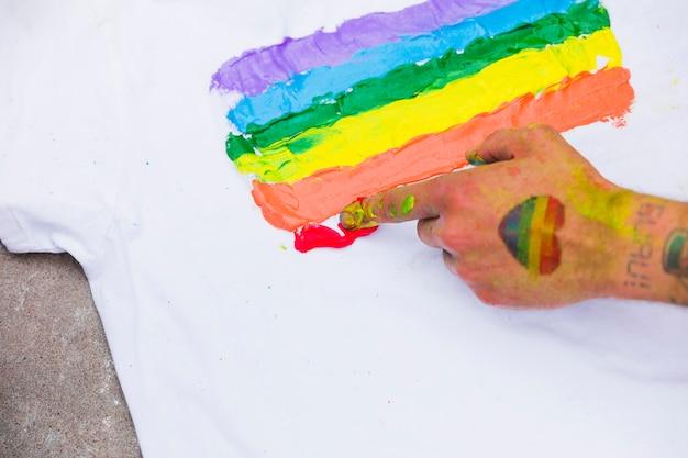 Símbolo lgbt pintado em t-shirt