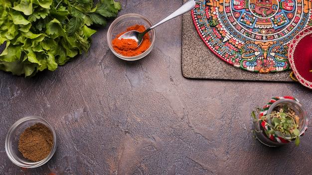 Símbolo mexicano decorativo a bordo perto de pimenta em tigelas e ervas