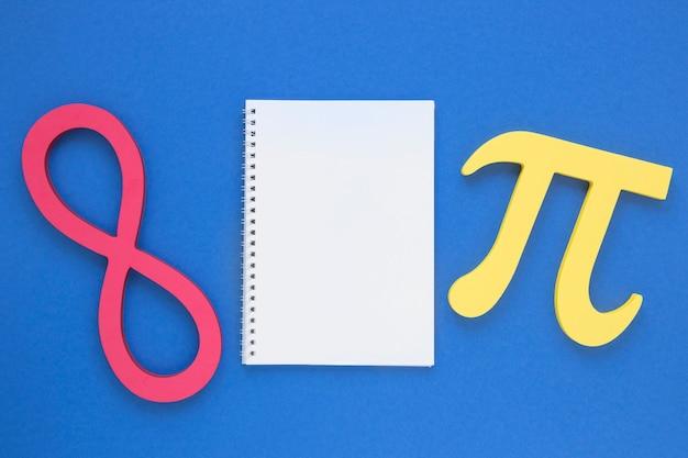 Símbolo pi de ciência real e símbolo infinito com caderno vazio