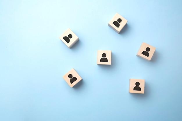 Símbolos avatares em blocos de madeira