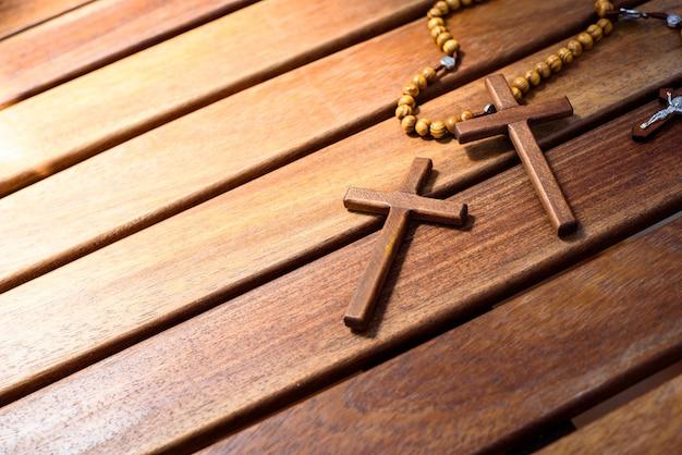 Símbolos cristãos para crentes religiosos, fundo de madeira.