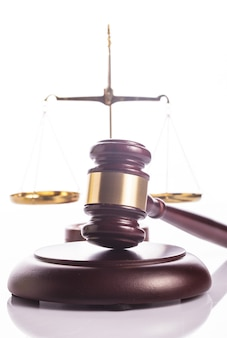 Símbolos da justiça - escala e martelo em branco