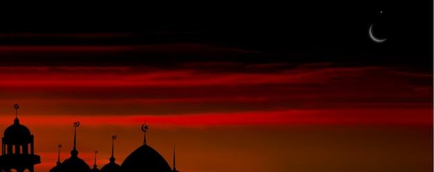 Símbolos da religião ramadan kareem. mesquitas cúpula na noite de crepúsculo com lua crescente e fundo preto escuro do céu. para eid al-fitr, árabe, eid al-adha, conceito de muharram de ano novo. espaço livre do panorama.
