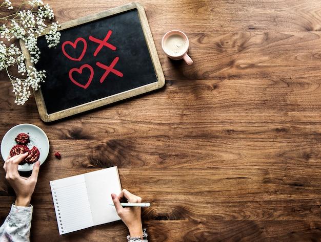 Símbolos de coração e beijo desenhados em um quadro de giz