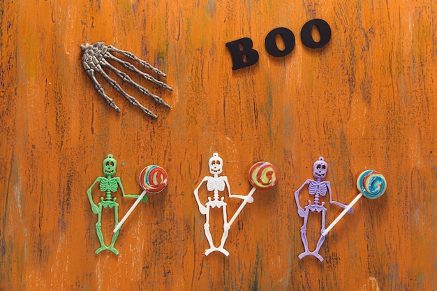 Símbolos de halloween na mesa de madeira