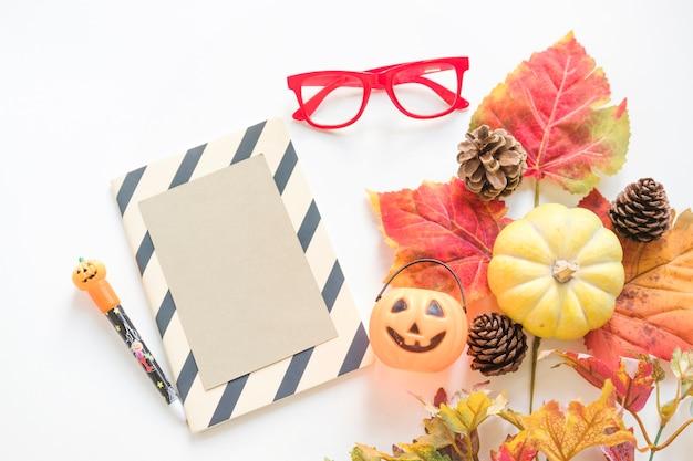 Símbolos de halloween perto de papelaria e óculos
