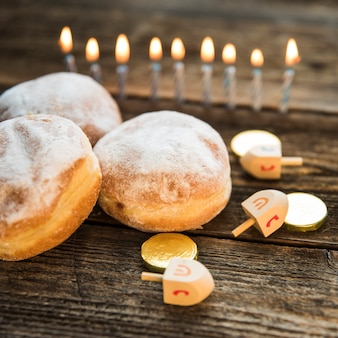 Símbolos de hanukkah perto de donuts
