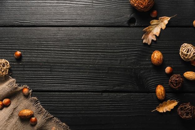 Símbolos de outono perto de pano