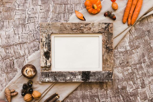 Símbolos de outono perto de quadro