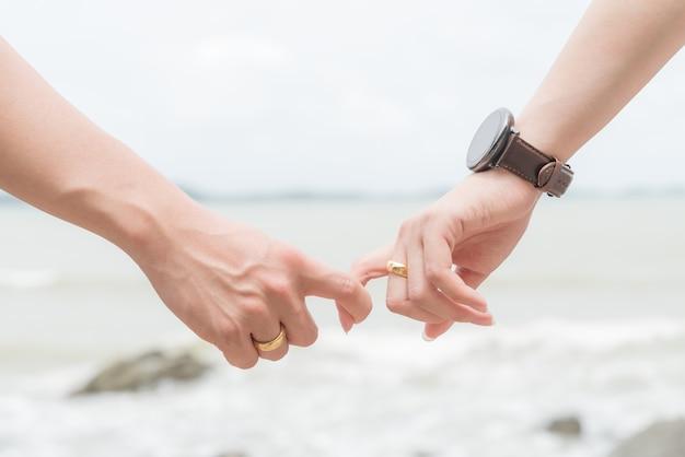Símbolos do amor casal de homem e mulher mão segurando juntos.