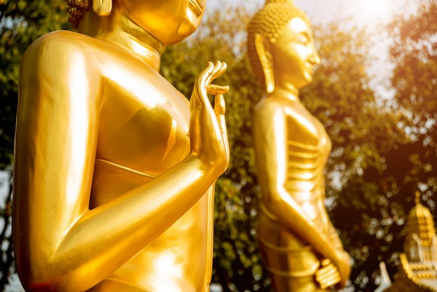 Símbolos do budismo. mãos de estátuas de budista. sudeste asiático. detalhes de templo budista na tailândia.