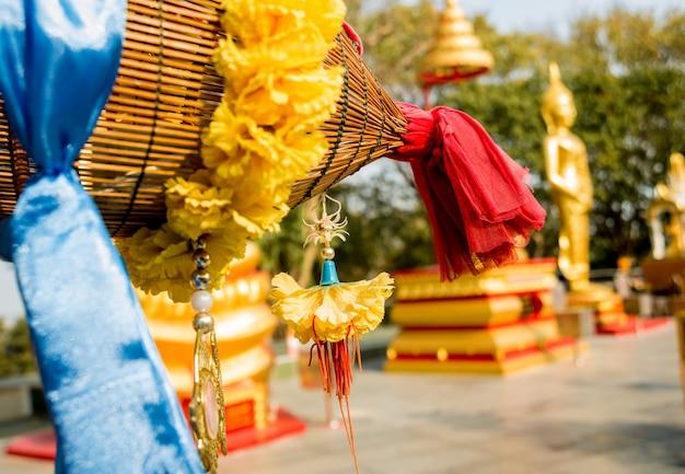 Símbolos do budismo. sudeste asiático. detalhes de templo budista na tailândia.