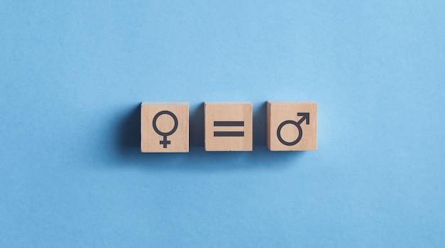 Símbolos masculinos e femininos em cubos de madeira. conceito de igualdade de gênero