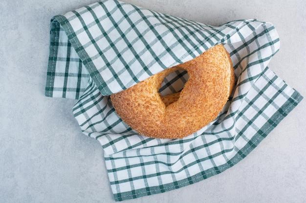 Simit com sementes de gergelim na toalha de mesa. foto de alta qualidade