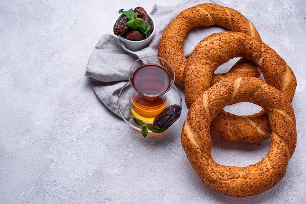 Simit de bagel tradicional turco redondo com gergelim
