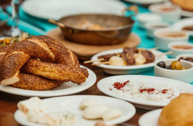 Simit pedaços pães circulares com gergelim no café da manhã turco